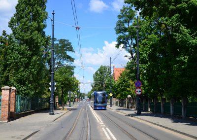 Ul. Sienkiewicza, na wysokości tramwaju po lewej brama wjazdowa